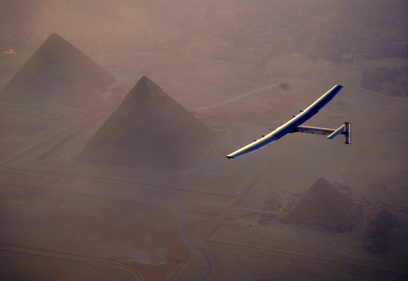 Her ser vi Solar Impulse 2 fly over pyramidene i Kairo i Egypt den 13. juli. Flyet er drevet av solenergi og er på tur jorden rundt. Det er planlagt at turen skal ta to år. Flyet har en topphastighet på 80 km/t, men da det krysset Stillehavet tidligere i år var gjennomsnittshastigheten 45 km/t. Flyet er bygget av karbonfiber og veier kun 2300 kilo. Vingene er 71,9 meter lange.