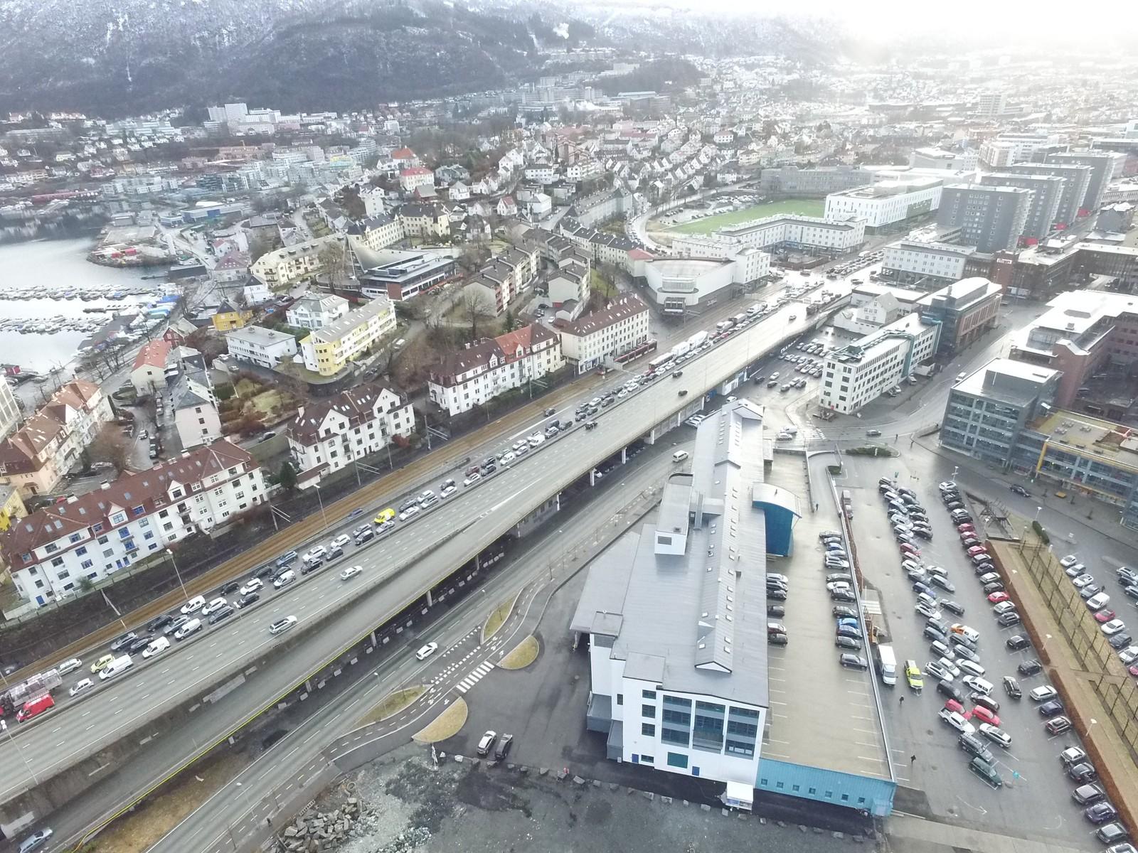 Slik så det ut på Fjøsangerveien i Bergen over fire timer etter ulykken.