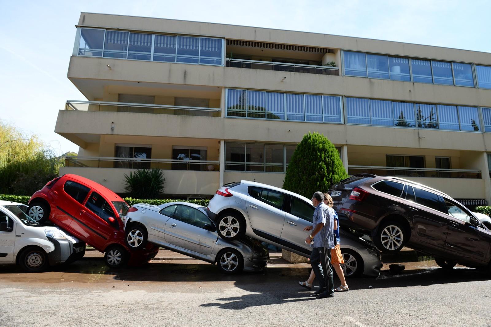 Biler lå stablet oppå hverandre i Mandelieu-la-Napoule, sør i Frankrike, etter stormen og flommen i starten av oktober.