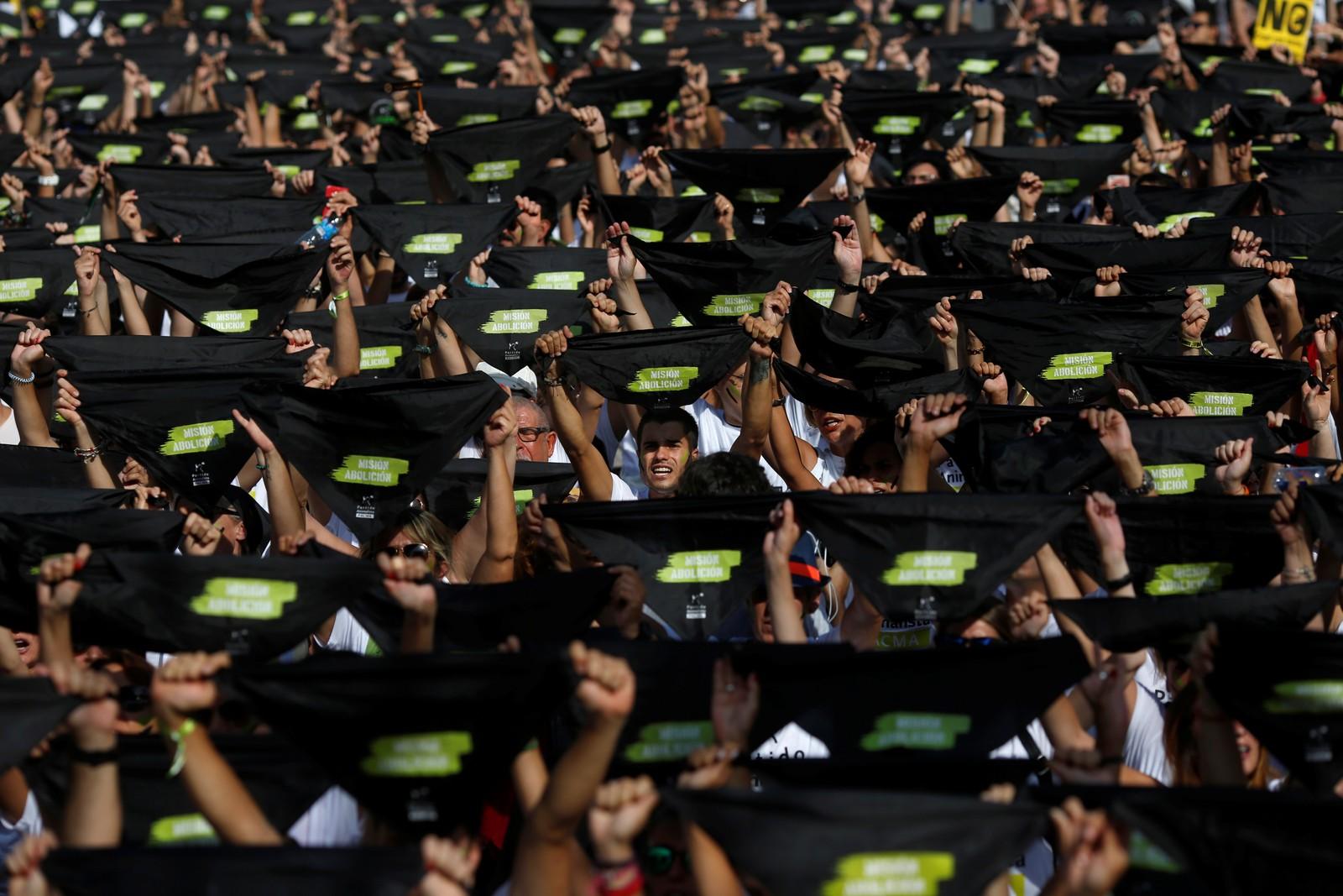 Demonstrantane vifta med svarte banner og ropte slagord.
