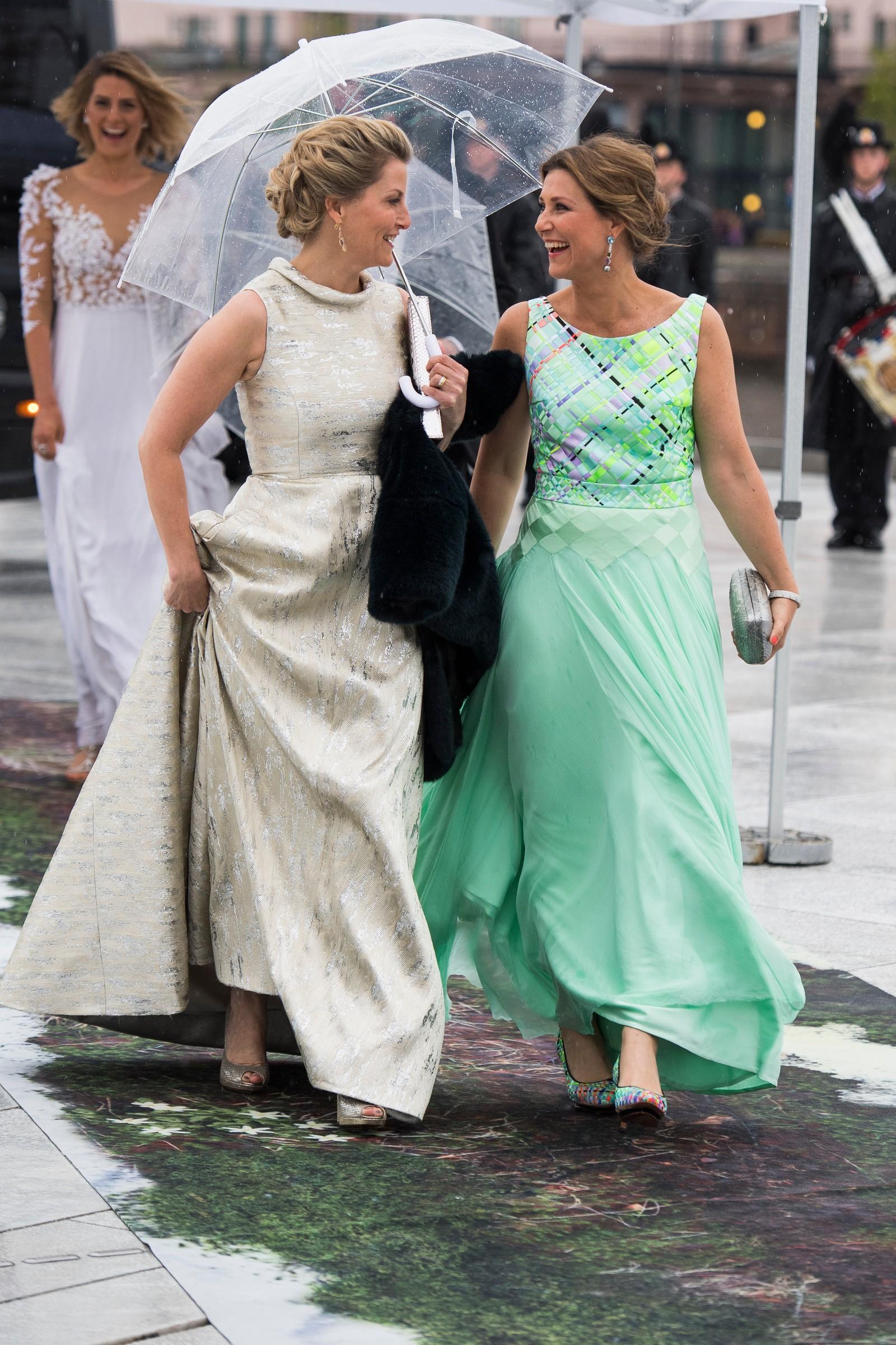 Sophie, grevinnen av Wessex og prinsesse Märtha Louise ankommer festmiddagen i Operaen i anledning kongeparets 80-årsfeiring.
