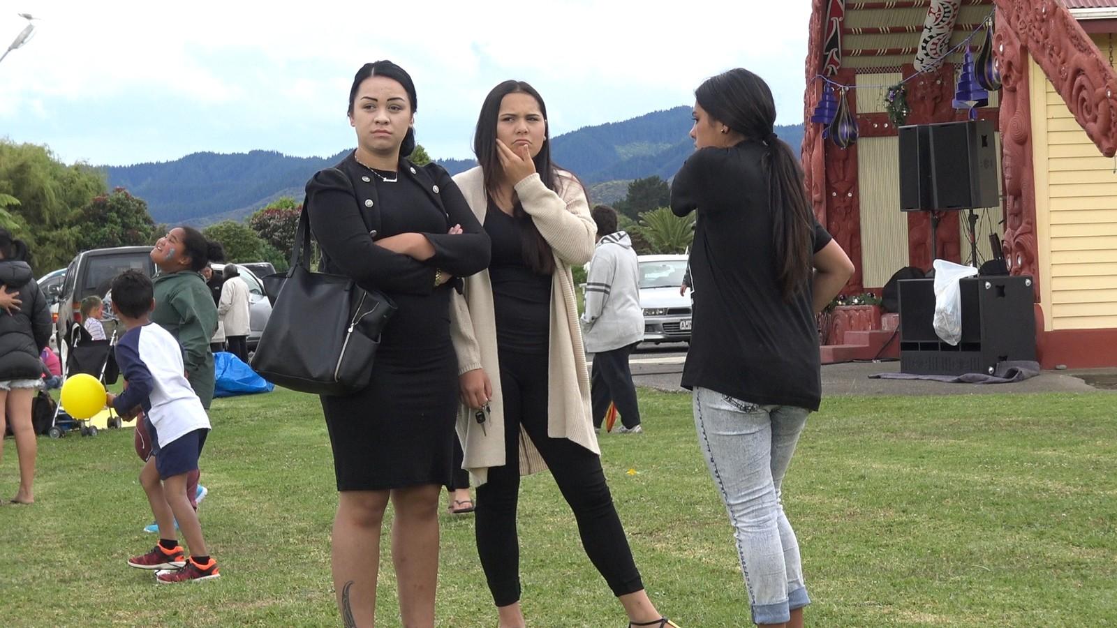 Maori-nuorat olggobealde iežaset deaivvadanbáikki, Te Kahas, Aoteroas. / Maoriungdom utenfor deres faste møteplass i Te Kaha på New Zealand.