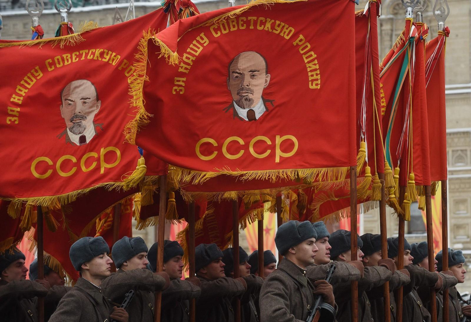 Militærparaden på revolusjonsdagen 7. november 1941 gjekk som vanleg trass i at soldatane den gongen stod midt i kampen om Moskva. I dag blei paraden gjenskapt, 75 år etter.