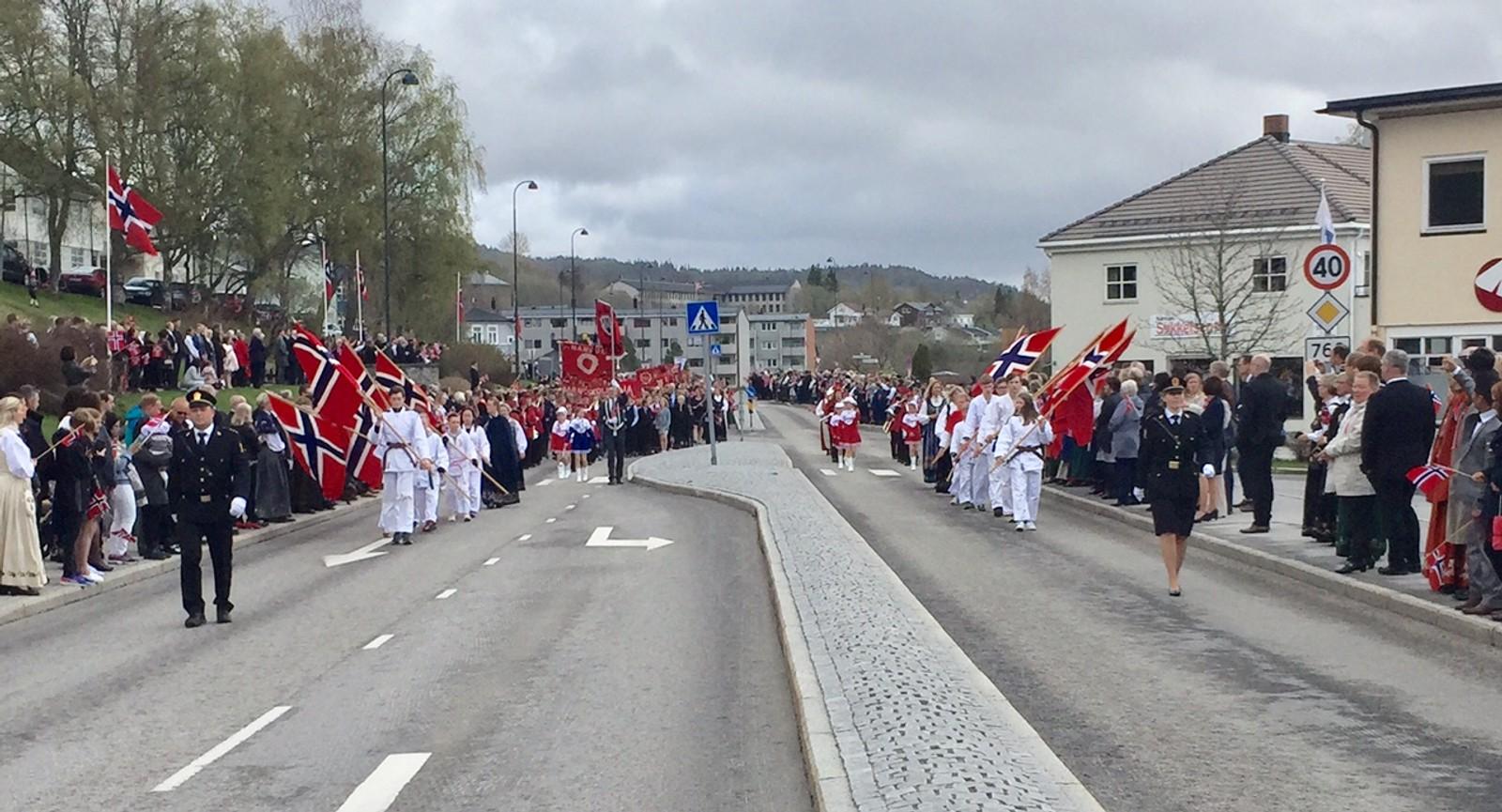 Barnetoget i Namsos på vei inn mot sentrum.