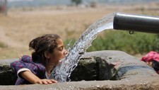 I mai 2016 var det rekordvarmt i Jammu i India. Her drikk ei jente frå ein spring. - Foto: Channi Annand/Ap