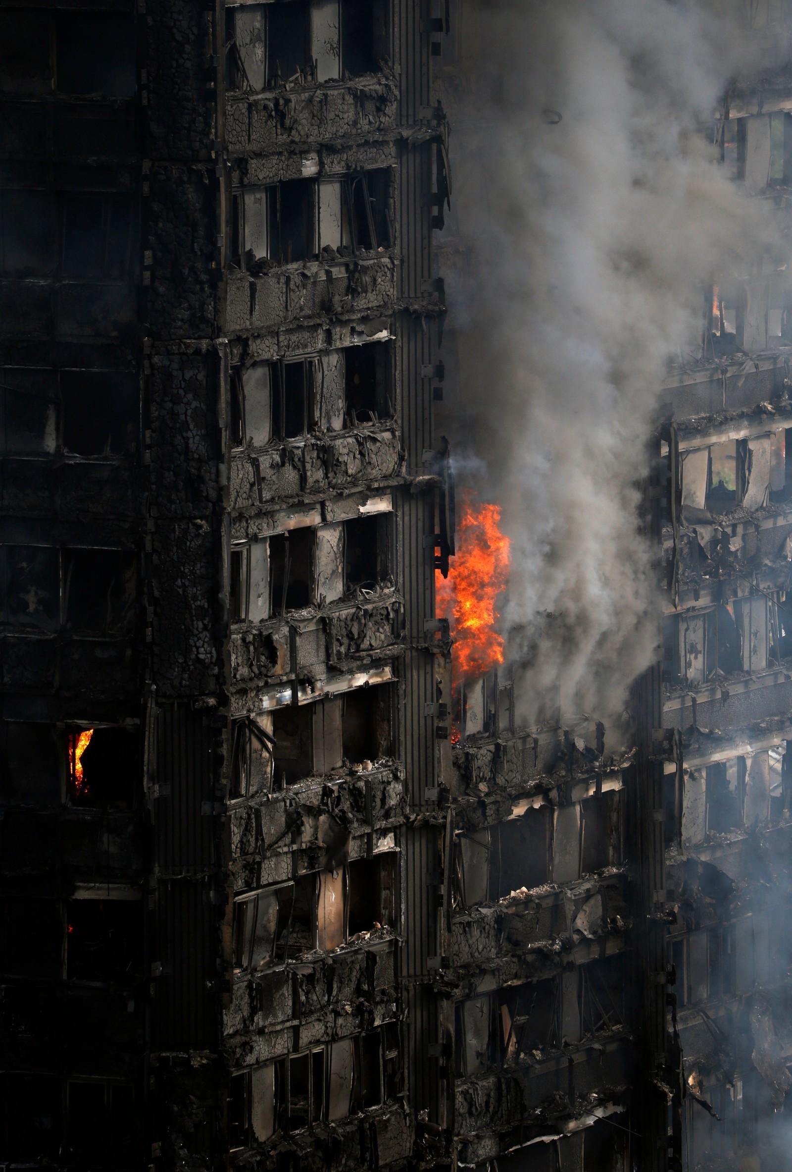 """BLUSSET OPP: Onsdag ettermiddag var det små """"lommer med brann"""" flere steder i boligblokken."""