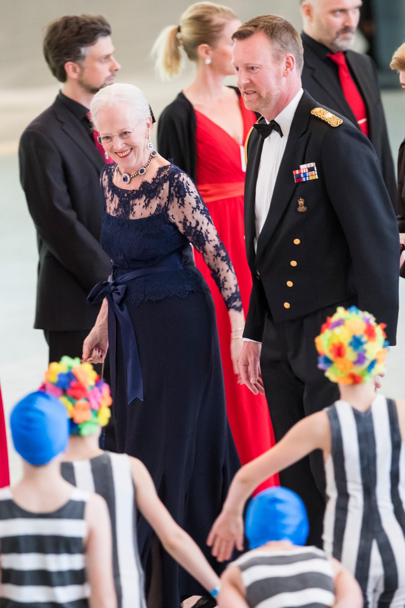 Dronning Margrethe av Danmark ankommer regjeringens festmiddag for kongeparet i Operaen i anledning deres 80-årsfeiring.