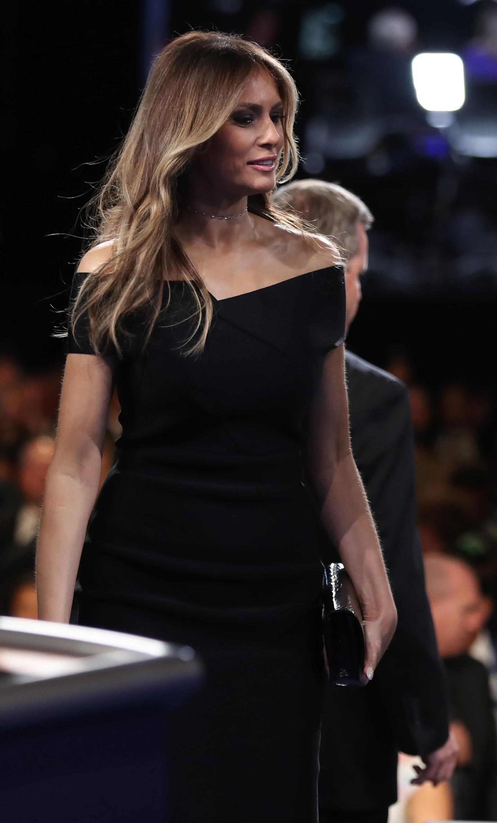Melania Trump, Donald Trumps kone, entret scenen etter debatten.