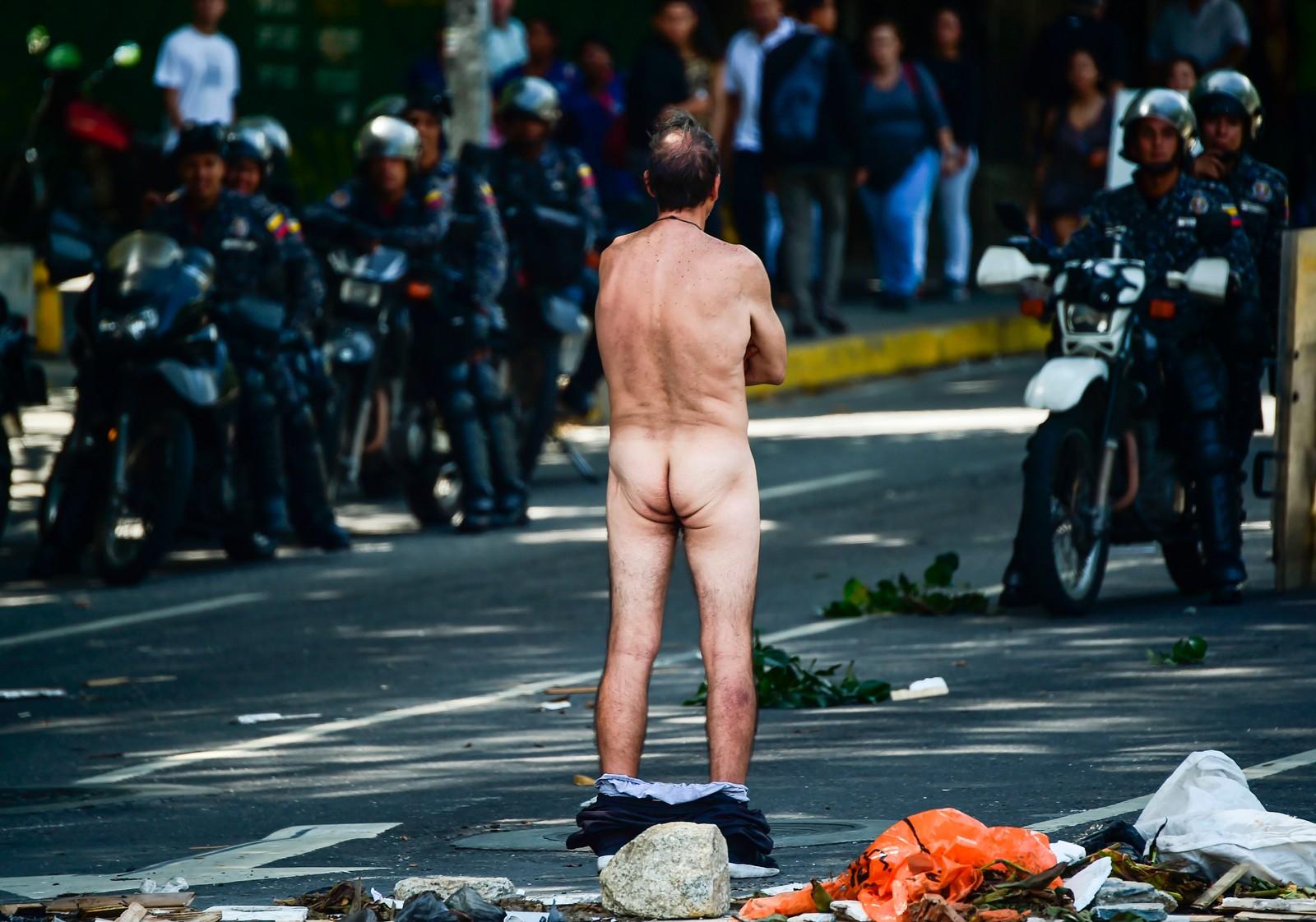 En demonstrant viser sin motstand mot myndighetene i Venezuela og president Nicolas Maduro under tirsdagens demonstrasjoner i hovedstaden Caracas.