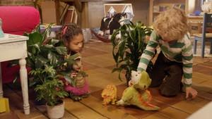 Jacob og Molly leikar med dinosaurar