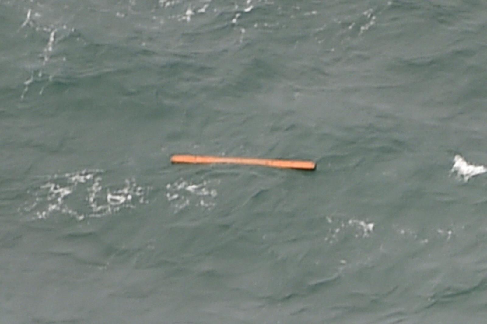 Letemannskapene fotograferte en rekke gjenstander i havet som stammer fra det savnede flyet.