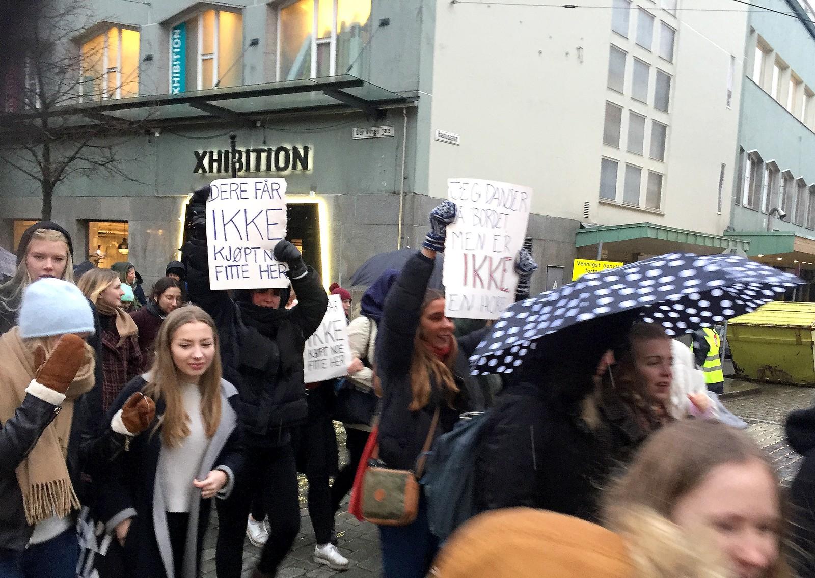 Elever på videregående marsjerte i 8. mars-toget i Bergen med tydelige paroler mot en russelåt, som inneholdt tvilsomme seksuelle tekser.