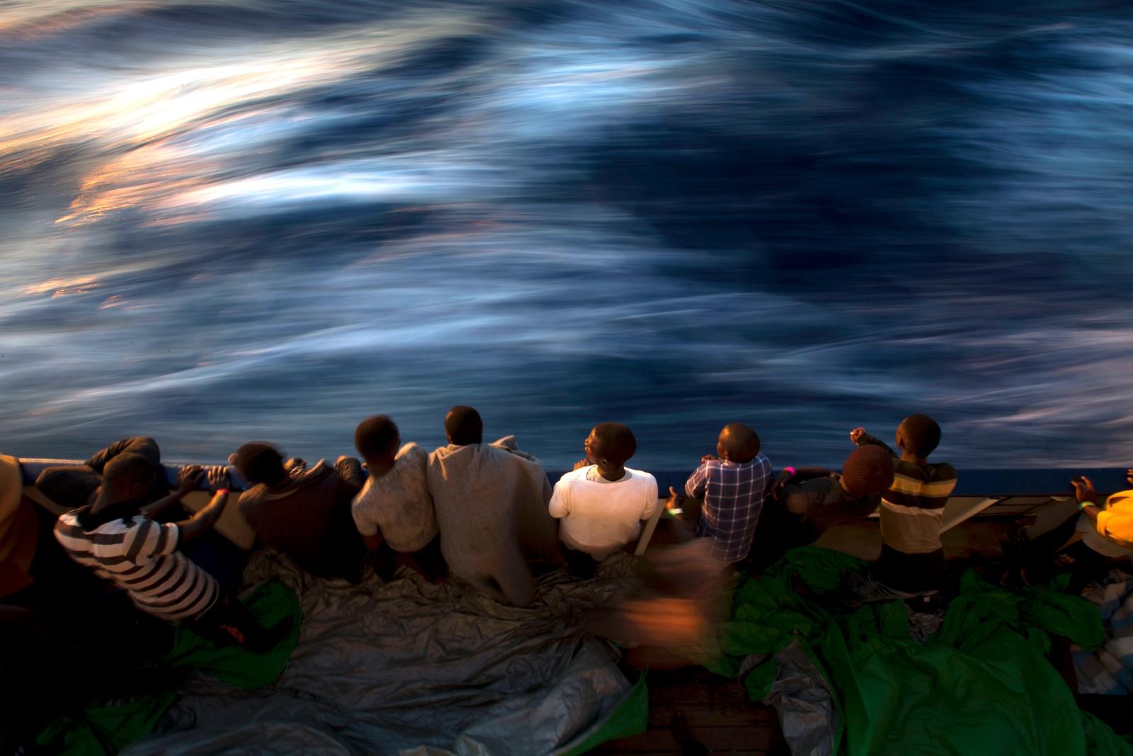 Flyktninger har blitt reddet av et spansk skip i Middelhavet.