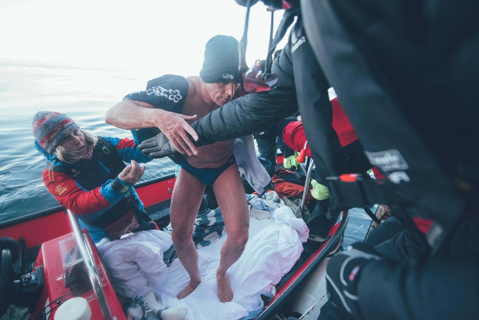 Lewis Pugh var rimelig kald da han gikk fra følgebåpten om bord i skipet som skulle frakte han tilbake til Longyearbyen.