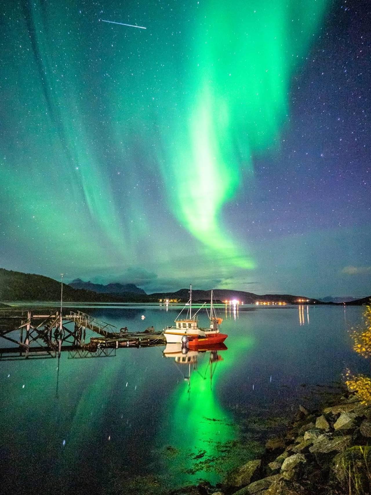 Nordlys over Ulvsvåg i Hamarøy