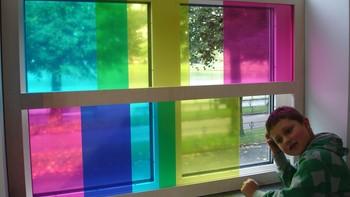 Skyv på platene i vinduet, og fargene forandrer seg!