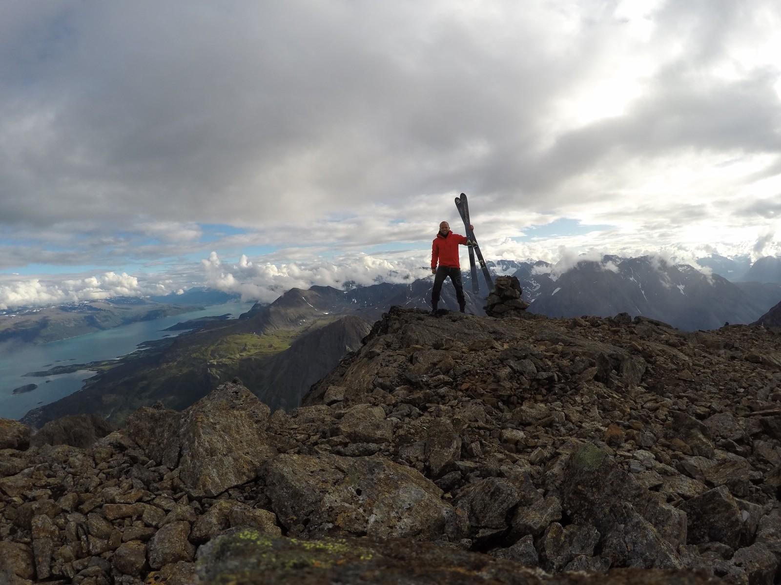 Etter skredulykken i 2007 har Nilssen flere ganger snudd på vei opp toppen av andre fjell. Men i går klarte han å bestige Store Kjostind.
