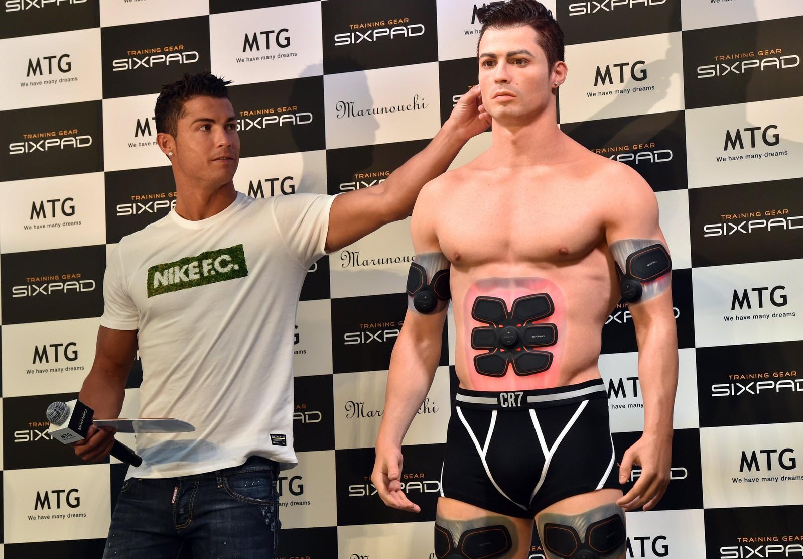 Fotballstjernen Cristiano Ronaldo kjenner på en 3D-printet versjon av seg selv under et reklameoppdrag i Tokyo denne uken.