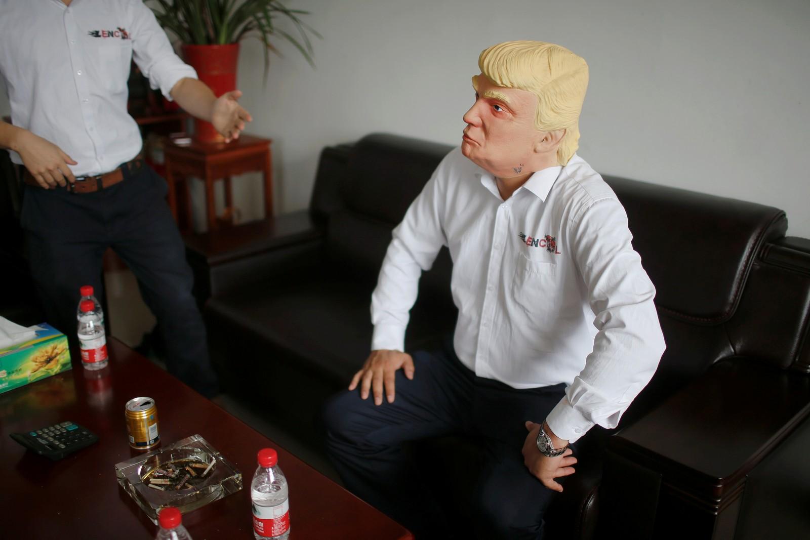 """Det satses i Jinhua Partytime Latex Art and Crafts Factory for tida. De håper Donald Trumps popularitet vil føre til et voldsomt salg av masker. Foreløpig har de solgt rundt en halv million av henholdsvis Trump og Hillary Clnton, men de regner med Trump vil være den som selger mest og stikker av med """"maskeseieren""""."""