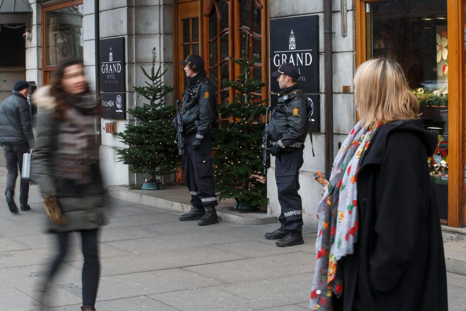 HER BOR VINNERNE: Sikkerhet rundt Grand Hotel i Oslo der fredsprisvinnerne Kailash Satyarthi og Malala Yousafzai bor.