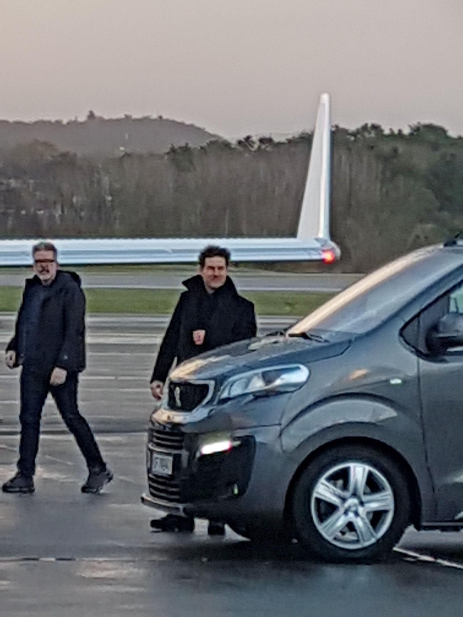 Tom Cruise og «Mission Impossible-regissør Christopher McQuarrie på Stavanger lufthavn Sola.