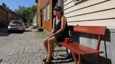 Også i Gamlebyen i Fredrikstad har temperaturene vært høye gjennom mai. Ann Louise utnytter sjansen til å kose seg i solen.