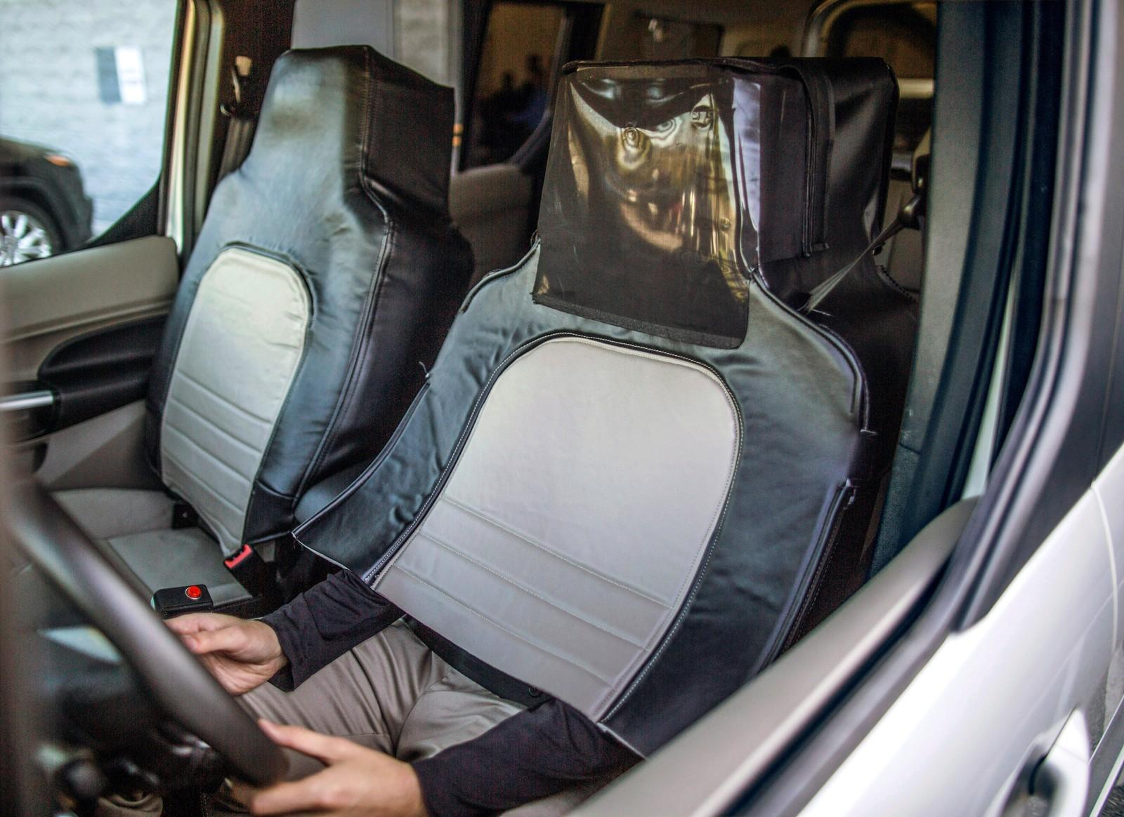 Forkledd sjåfør. Ford og Virginia Tech ville se hvordan fotgjengere reagerte på forskjellige lyssignaler som sa noe om når bilen, for eksempel. kom til å stoppe eller akselerere.