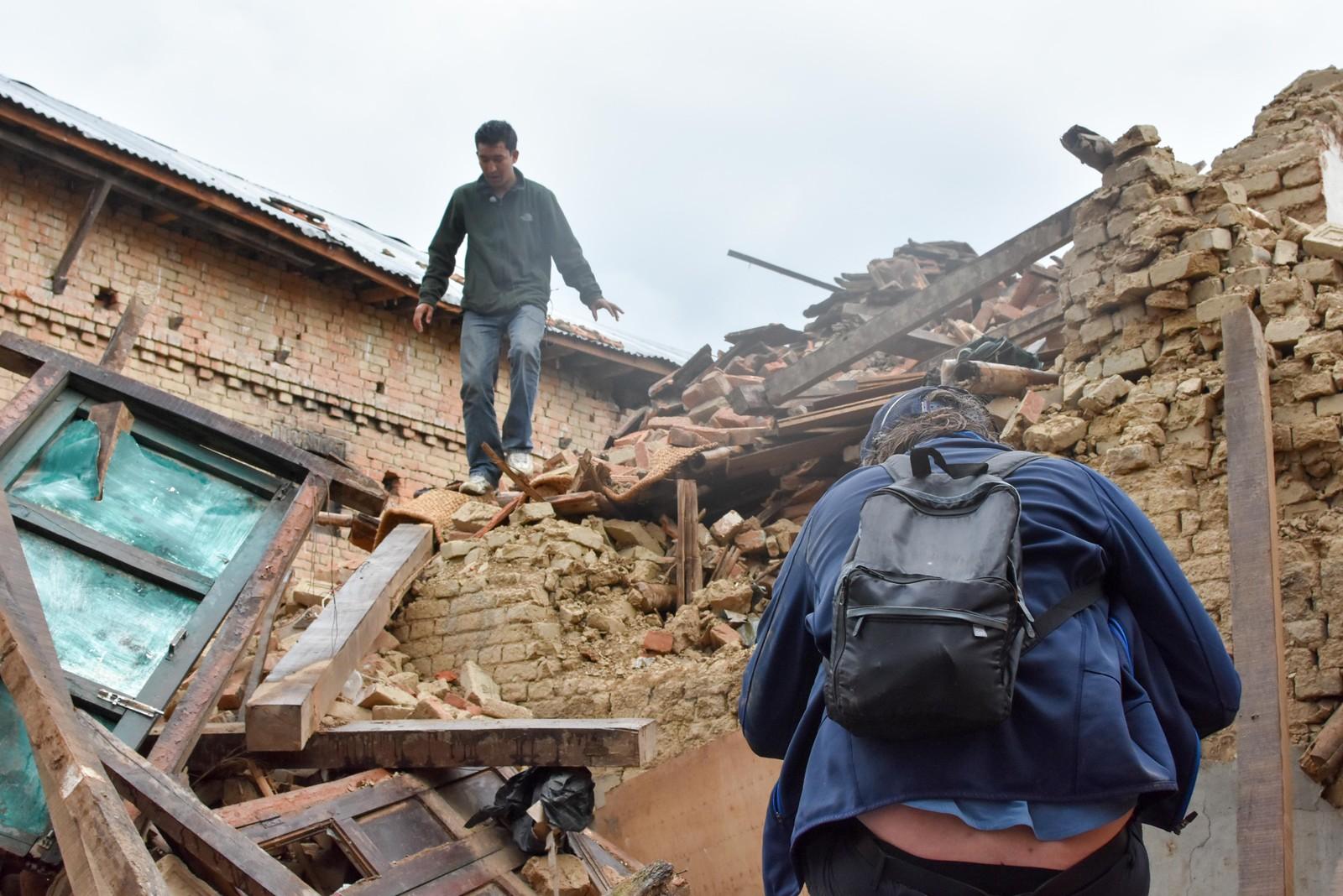 Rakesh Sirestra i det som er igjen av huset hans i Sikraitar.
