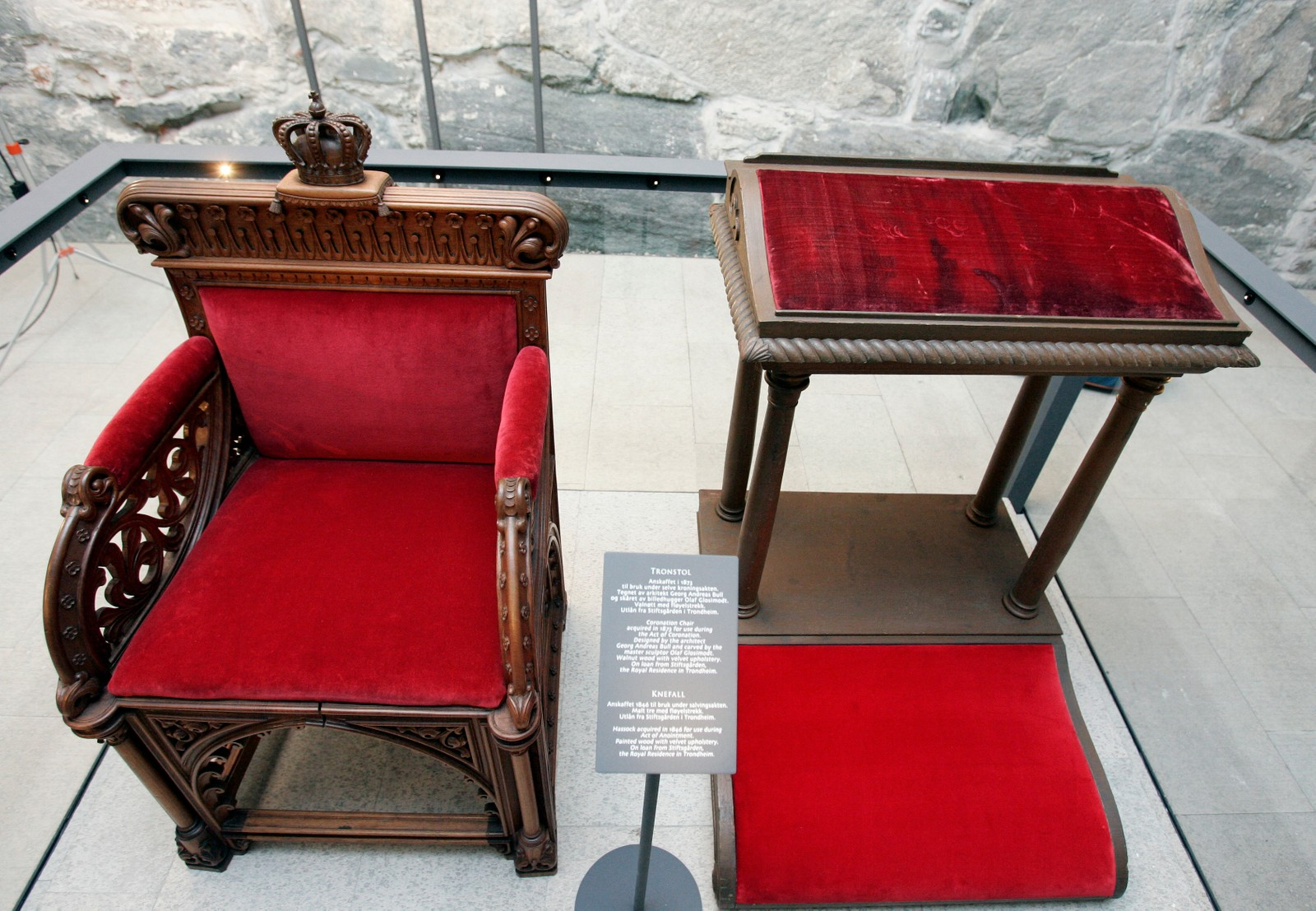 Tronstolen fra 1873 og Knefallet fra 1846