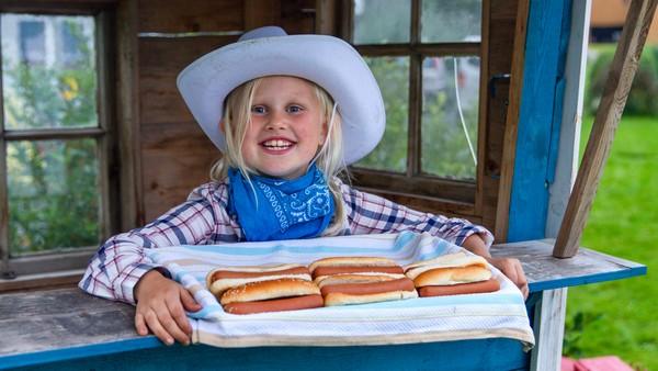 Norsk dokumentarserie.I friminuttet pleier Sissel og vennane å leike cowboyar. Sissel elskar cowboyleikar. No vil ho lage ein cowboyfest i hagen for heile skulen der alle må ha på seg cowboyklede. Det er mykje å gjere før gjestane kjem. Sissel må rekke å gjere alt i tide, og ho håpar alle vil komme.