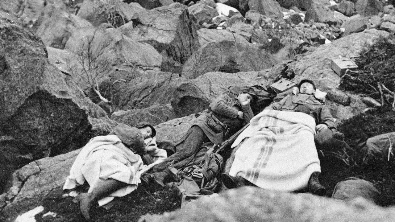 Norske soldater tar seg en hvil i fjellene utenfor Narvik under kampene der.