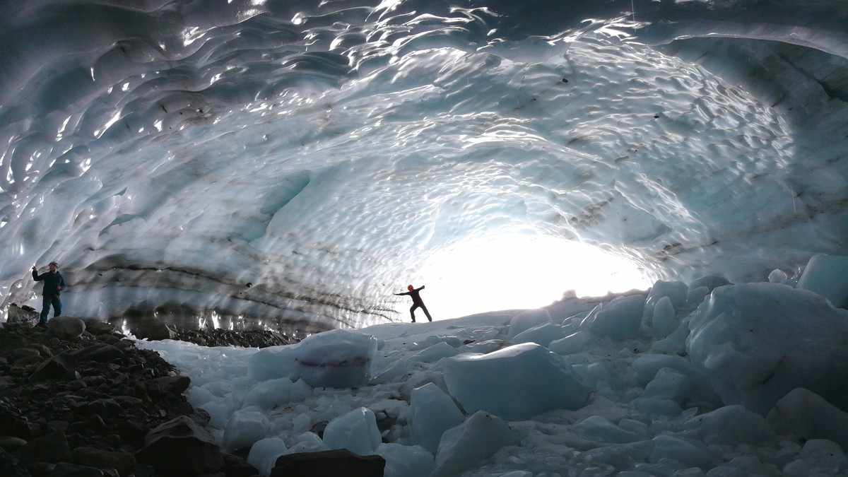 GEDIGENT: Som en stor sal med hvelvet tak – i is! Denne naturskapte tunnelen ligger ved Ringsbreen i Hurrungane i Jotunheimen.