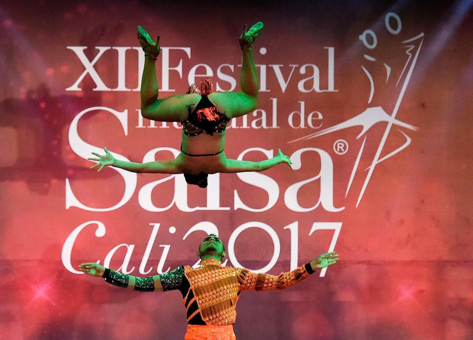 Friske salsatakter fra Angie Adrada (øverst) og Johan Bustamante, som deltok i en salsafestival i Cali, Colombia forrige helg.