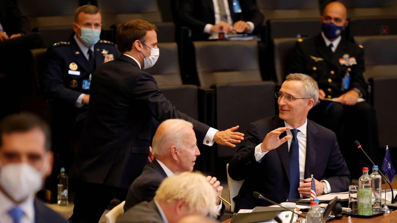 Frankrikes president Emmanuel Macron hilser på Natos generalsekretær Jens Stoltenberg.