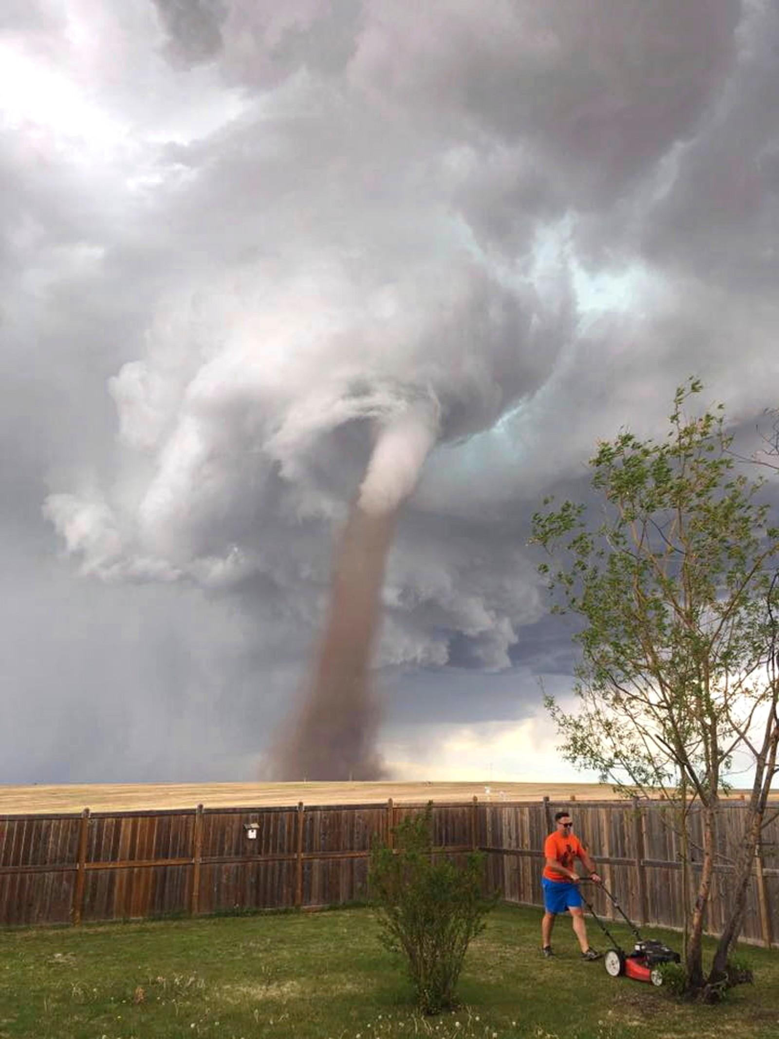 – Jeg holdt et øye med den, uttalte Theunis Wessel fra Three Hills i Alberta i Canada etter at dette bildet av ham gikk viralt. Til tross for tornadoen i bakgrunnen, holdt han hodet iskaldt.