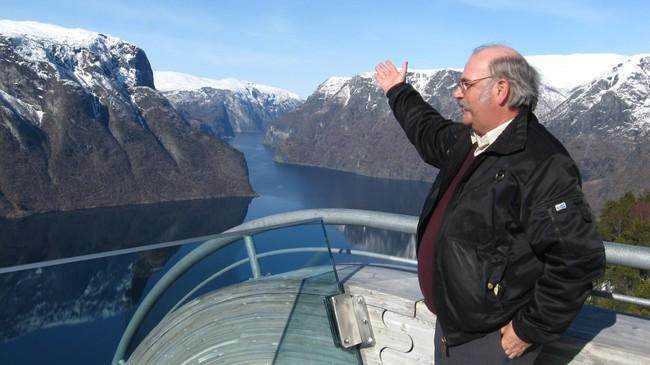 Ordførar Olav Ellingsen syner fram litt av Aurland kommune frå utkikspunktet Stegastein. Foto: Anna Gytri, NRK.