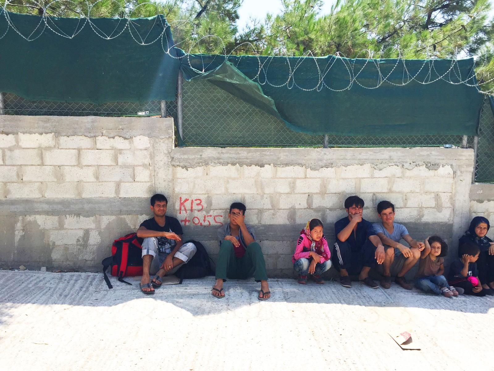 Flyktninger hviler i skyggen på Lesvos.