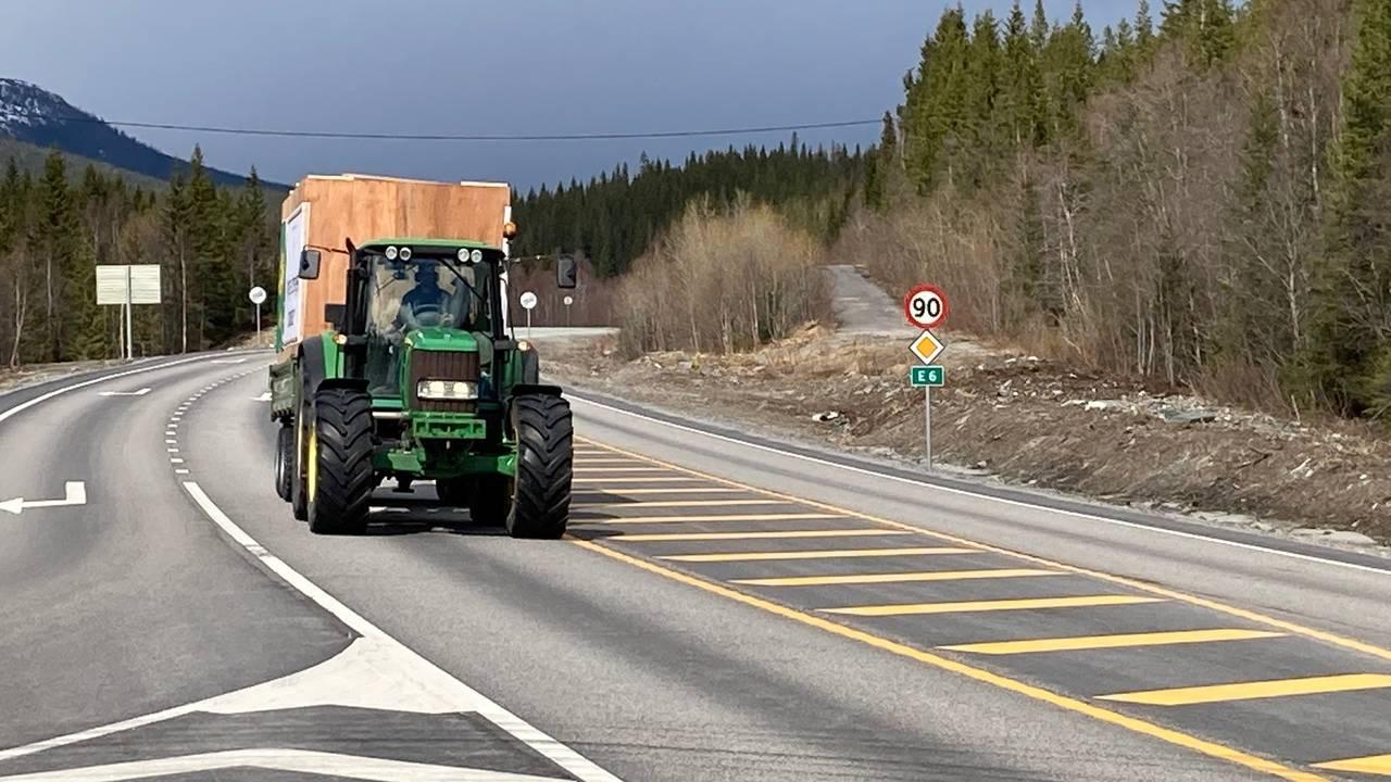 Traktor på vei sørover for å demonstrere.
