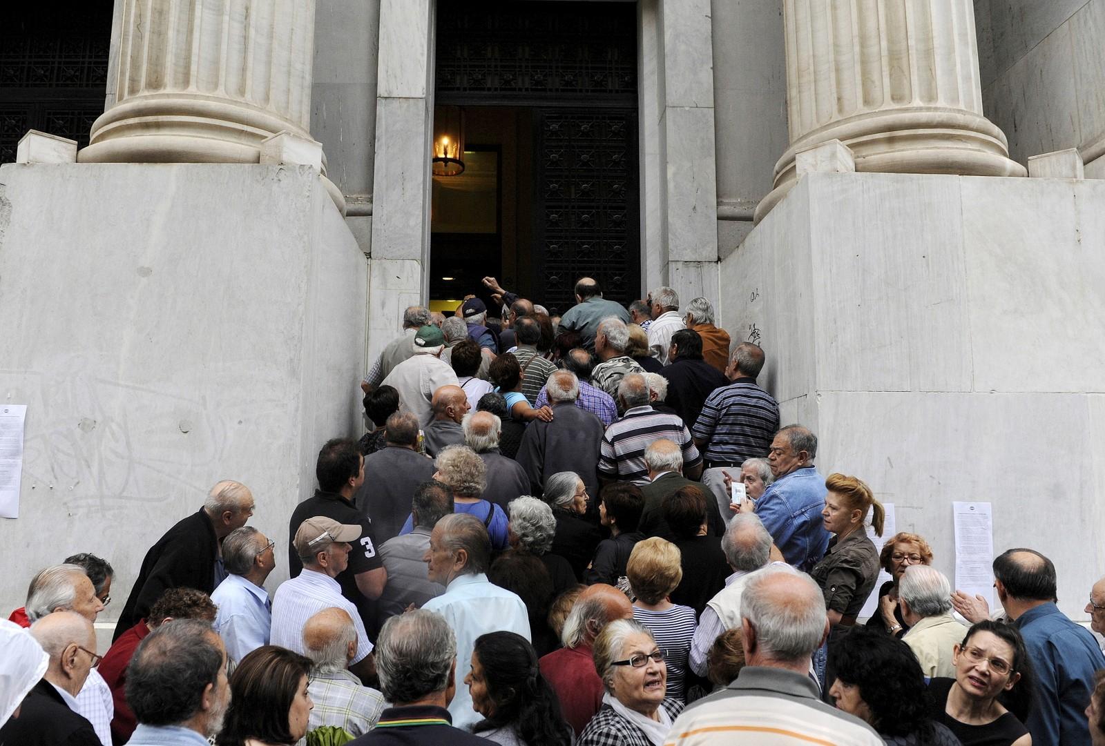 Pensjonister i kø utenfor en bank i Aten onsdag 1. juli 2015. Greske myndigheter har bedt rundt 1000 banker om å åpne slik at pensjonister uten bankkort skal få tatt ut penger.