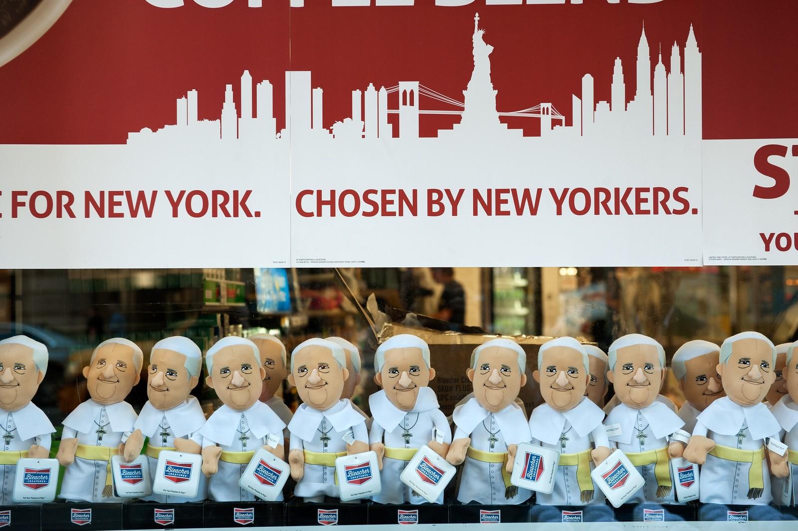 Butikkeselgere utnytter at Paven er på besøk, og disse dukkene er hva du kan få kjøpt på 5th avenue i New York for tiden.
