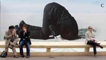 """Reklame for Charlie Sheens nye serie """"Anger Management""""."""