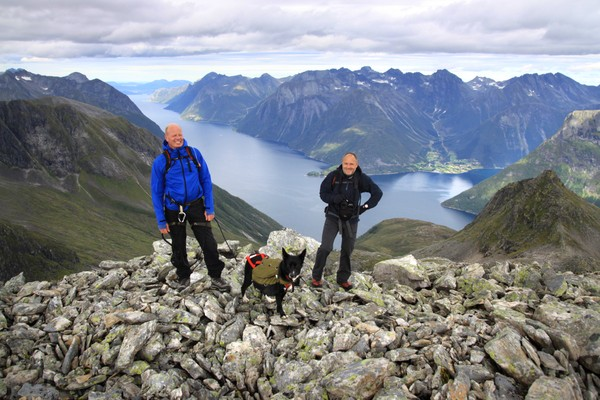 Lett med hund i Sunnmørsalpene. - Foto: Arild Eidset