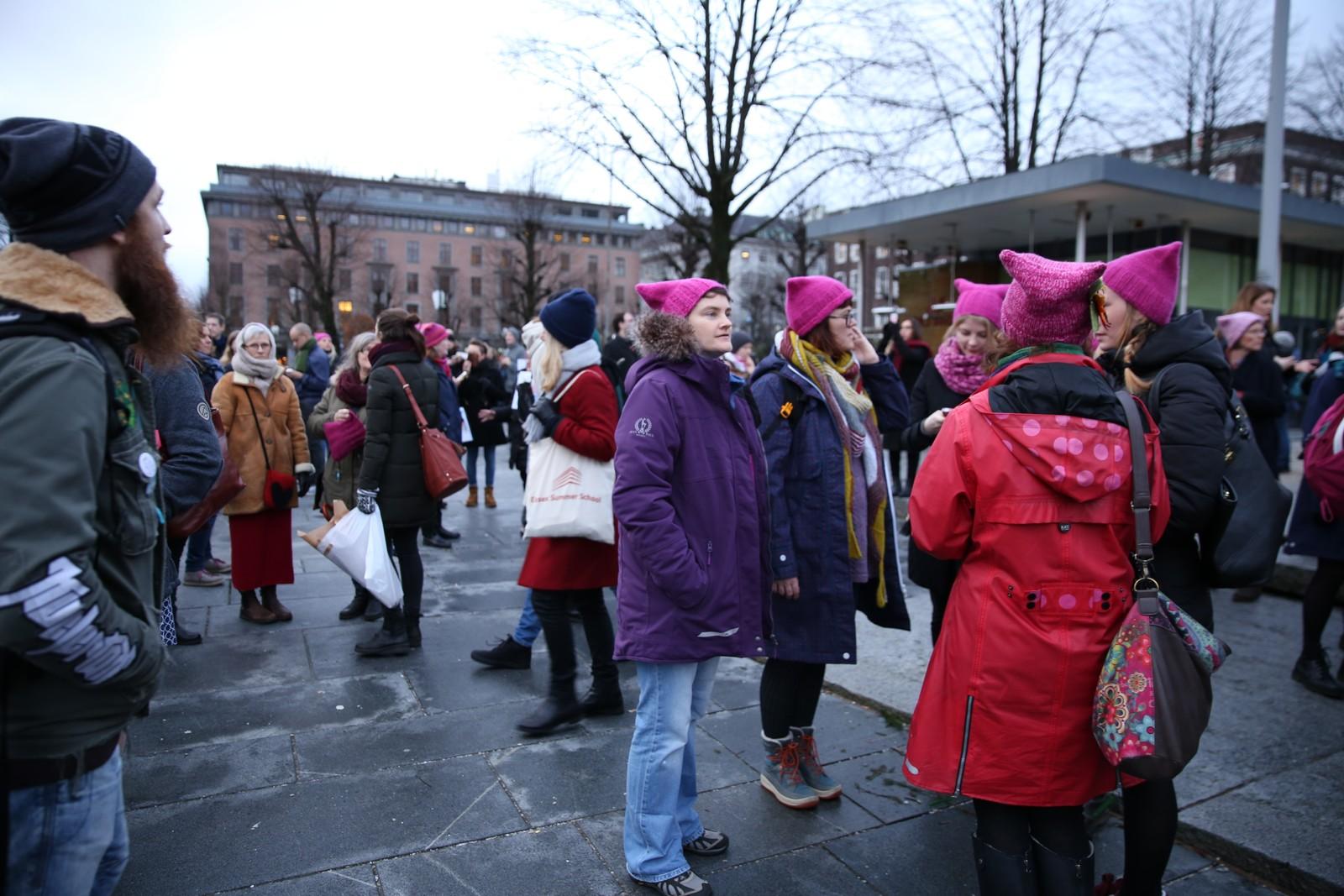 Flere var synlig representert med de rosa toppluene på Festplassen i Bergen lørdag 21. januar.