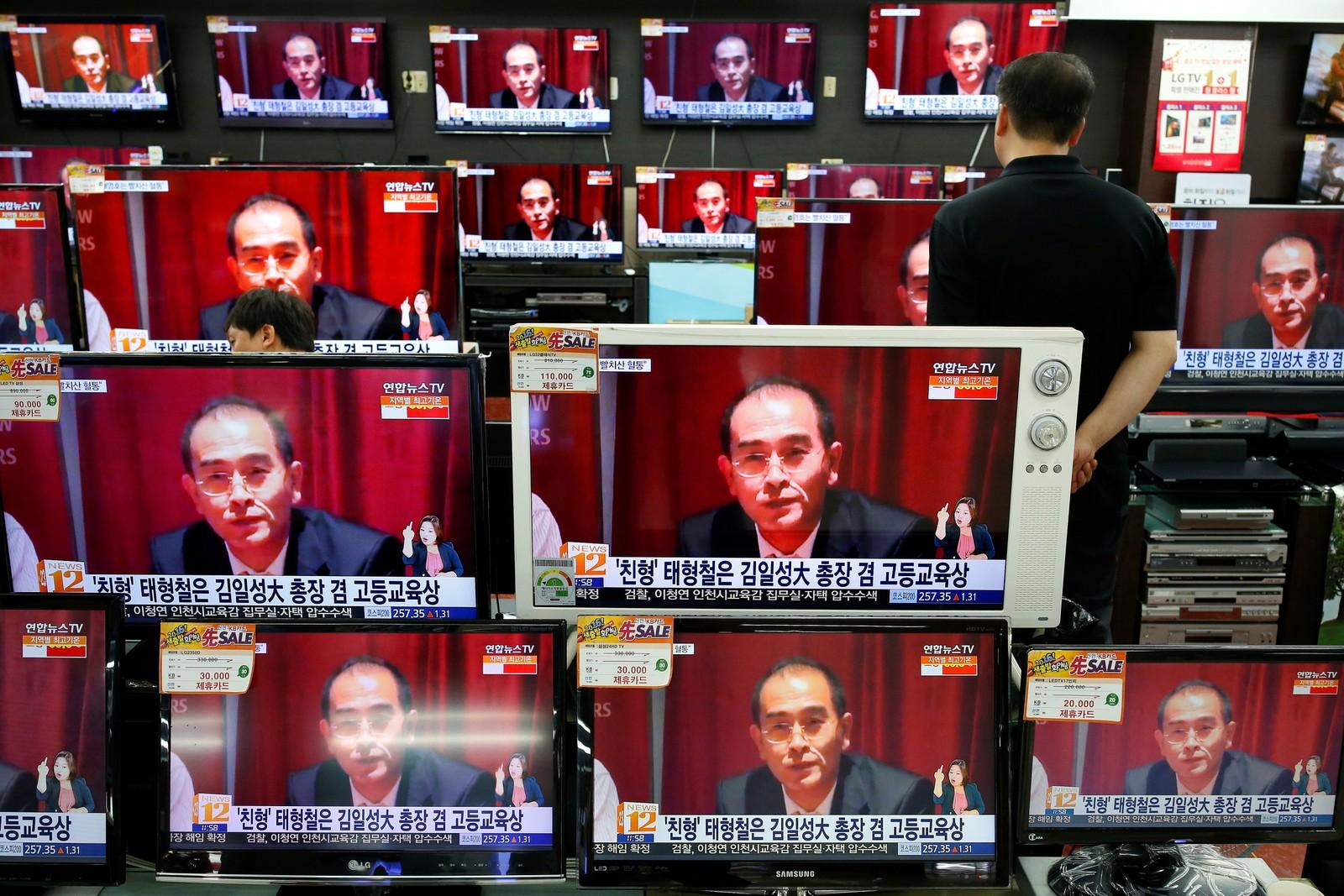 En selger ser på den nordkoreanske diplomaten Thae Young-ho under et nyhetsinnslag på TV i Seoul i Sør-Korea den 18. august. Han er en av de mest høytstående nordkoreanske diplomatene som noensinne har hoppet av. Han var viseambassadør til Storbritannia, og er nå satt under beskyttelse av den sørkoreanske regjeringen.