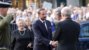 Kronprinsen på vei inn i Domkirken