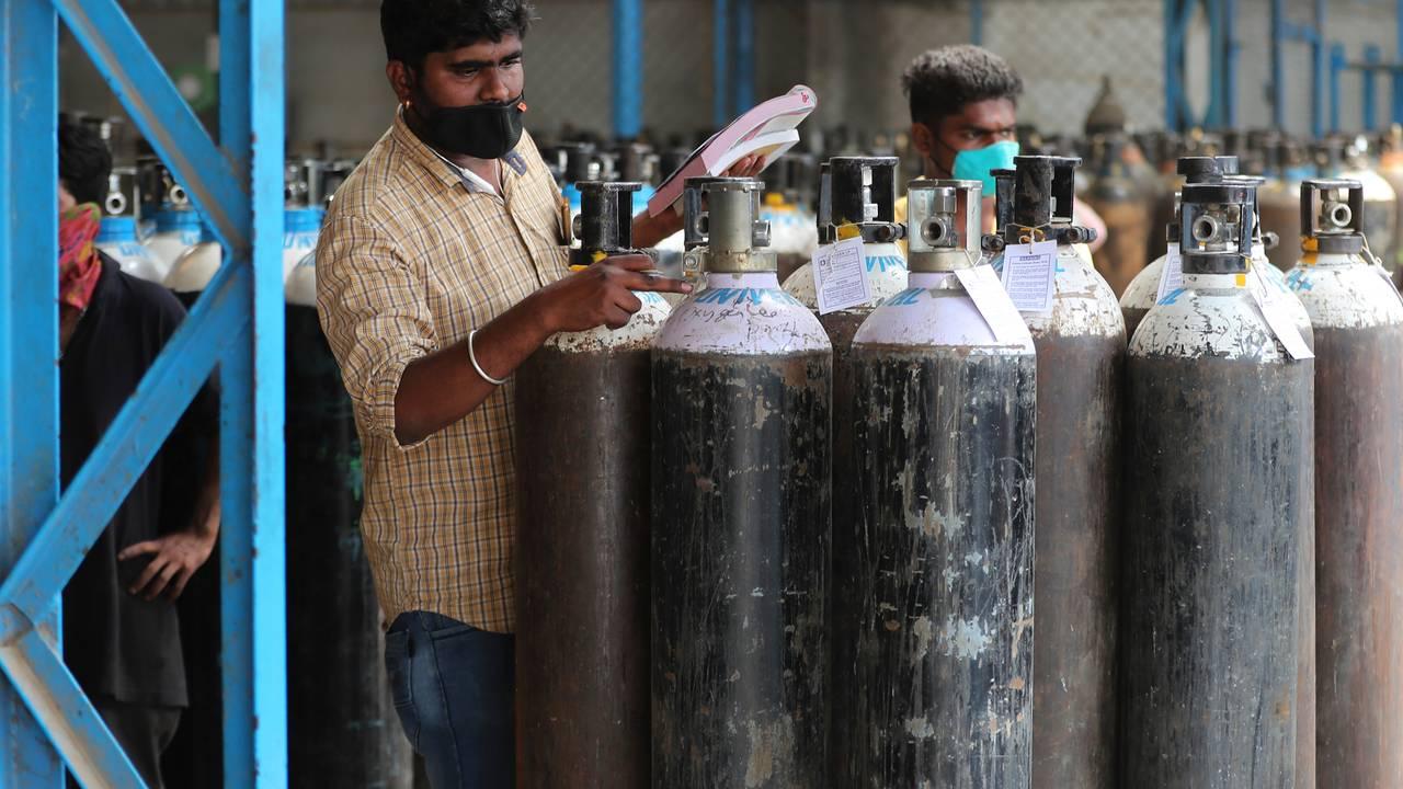 En mann sjekker oksygentankene på et gassleverandøranlegg i Bengaluru, før de fraktes videre til flere sykehus i India.