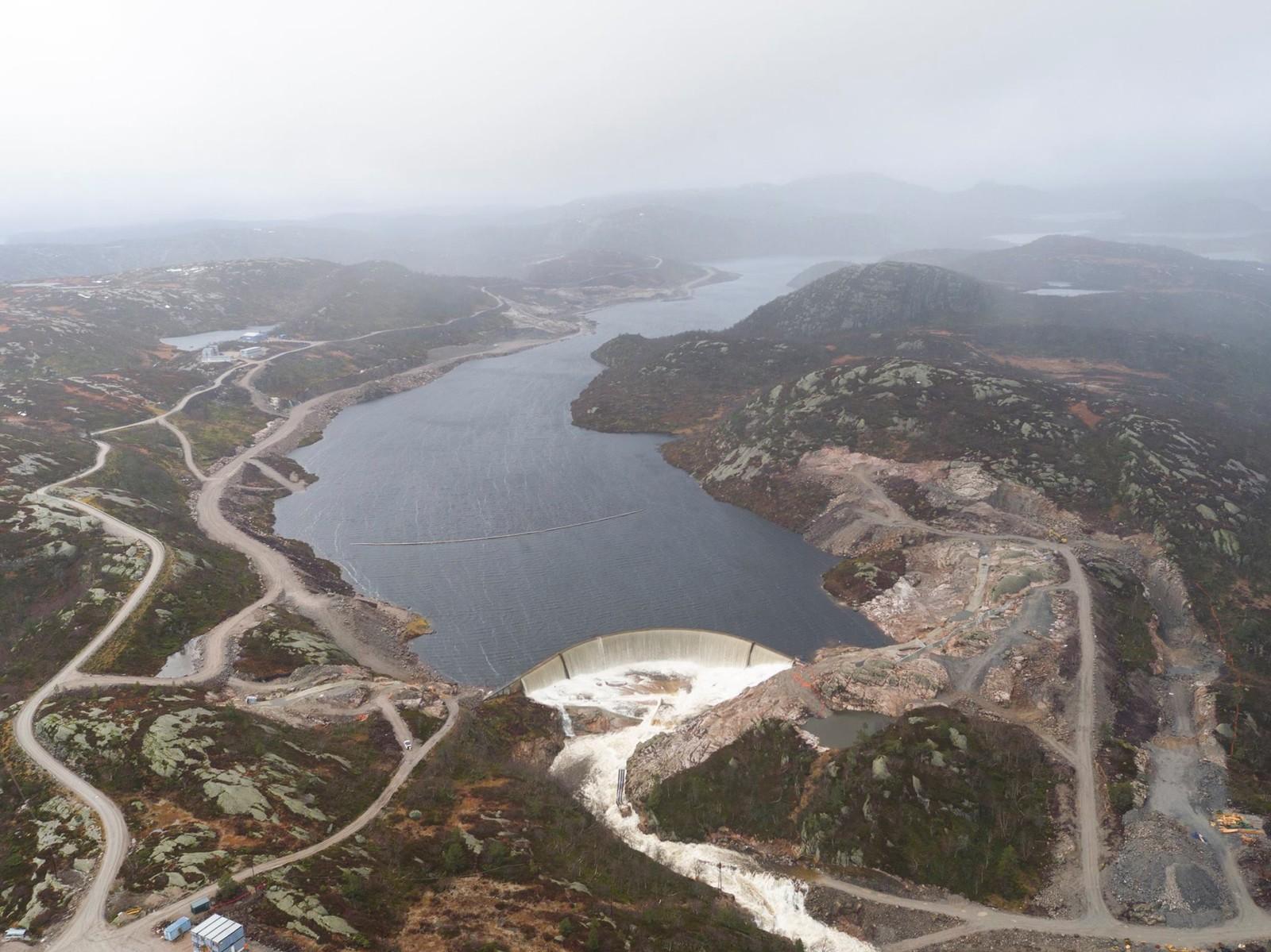 Opp mot 100 kubikkmeter vann i sekundet strømmet ned i området hvor det pågikk arbeider med dambygging, støpearbeider og lukemontasje.