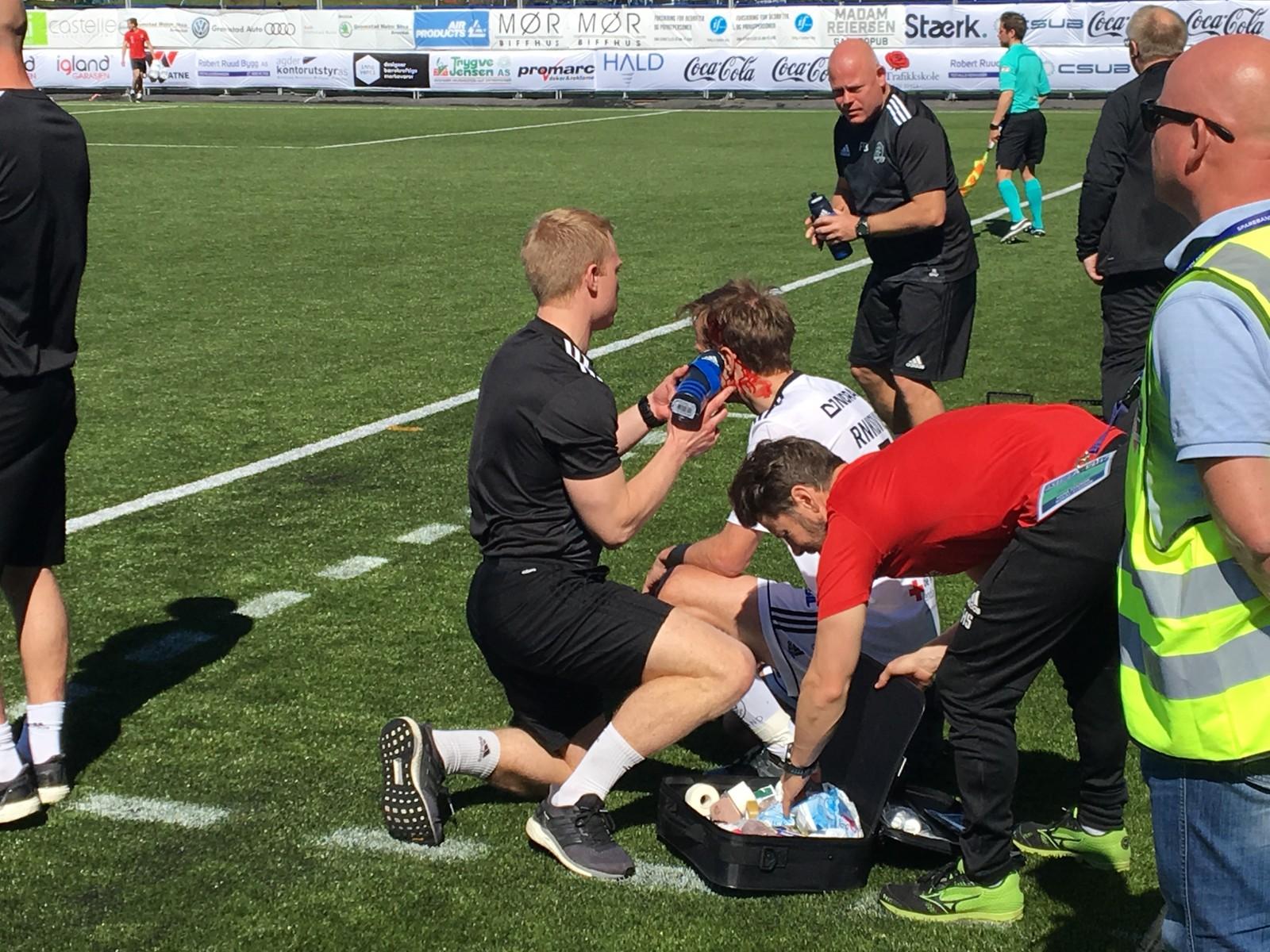 Petar Rnkovic fikk seg en smell i hodet i en duell og måtte få behandling på sidelinjen.