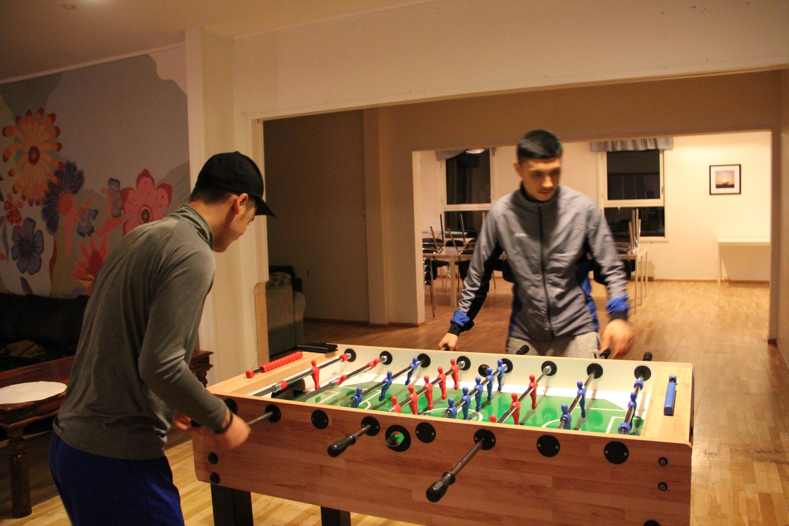 FOTBALL: Når gutta ikke spiller fotball på banen, spiller de gjerne fotball likevel.