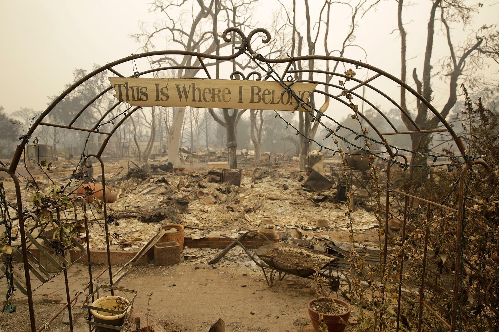 Skiltet og porten er omtrent det eneste som står igjen på denne eiendommen i Middletown etter skogbrannenes herjinger i California denne uken. Over hundre hjem ble ødelagt.